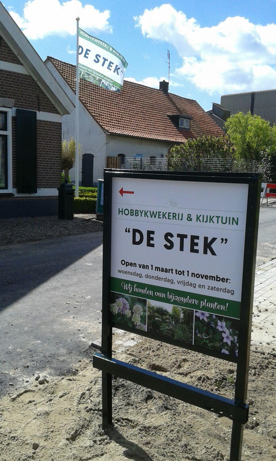 De Stek hobbykwekerij en kijktuin - Tuinbord aan de weg